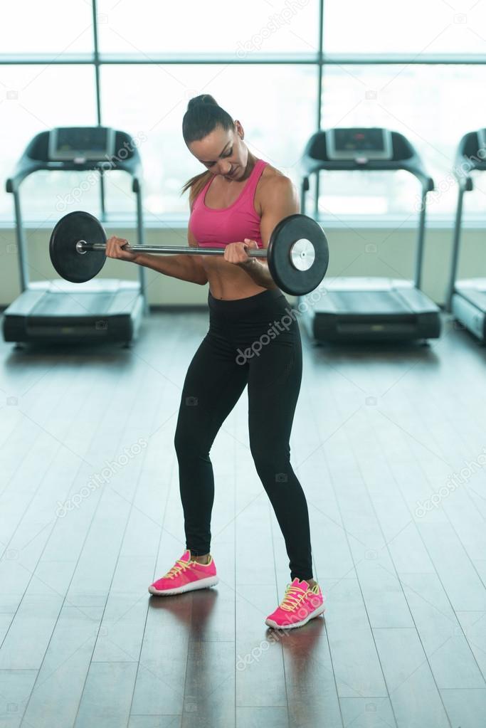 como hacer biceps con barra