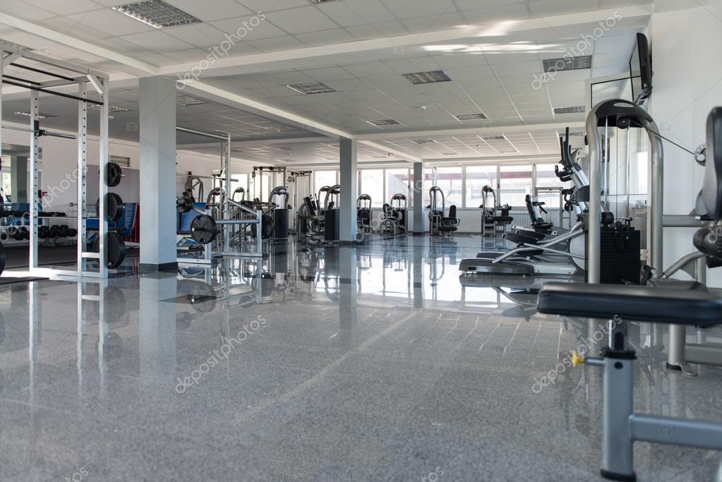 Grande Salle De Sport Moderne Avec Equipements D