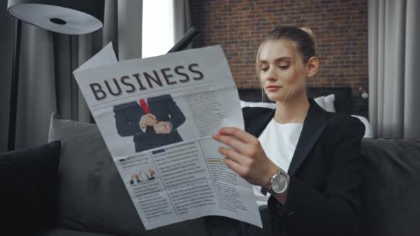 podnikatelka ve formálním oblečení čtení obchodních novin