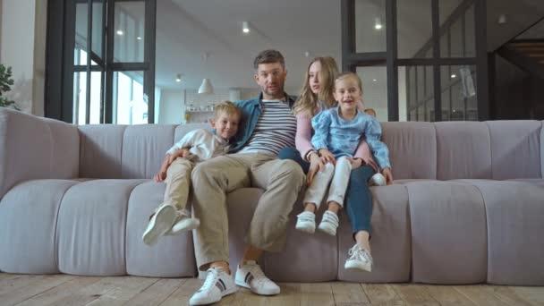Voller Ernst Mutter zeigt mit dem Finger auf Sohn auf Couch