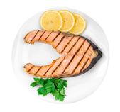 Lachssteak mit Zitrone auf Platte
