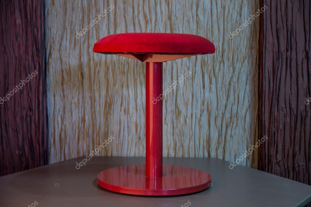 Sgabello rosso con sedute in velluto u foto stock indigolotos