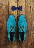 Mužské boty na hnědé dřevěné pozadí