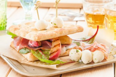 Sandwich with smoked ham and grilled peaches
