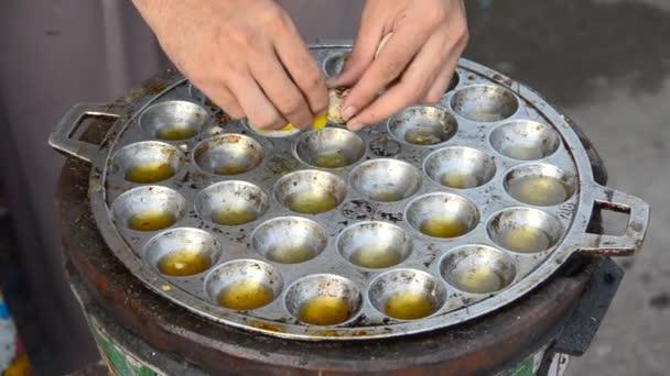 come fare un uovo di quaglia fritto in padella bollente, al ... - Cucinare Uova Di Quaglia