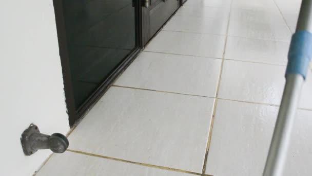 Pohyblivé mop hadřík slouží k čištění bílou dlažbu. Hadřík mop je úklid domácnosti nástroj pro domácnosti a školník kartáčů zamést nebo polské nečistoty a kapaliny podlahy vnitřních stavebních