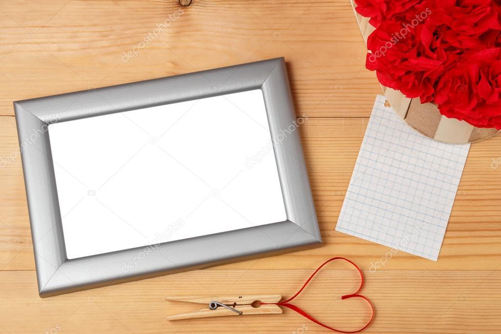 Valentinstag-herzförmige rote Schleife und leere Bilderrahmen ...
