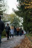 Banská Bystrica, Slovensko, 31. října 2020: Lidé čekají ve frontě na test antigenu Covid-19. Masové veřejné testování na Slovensku. Celostátní testování koronaviru.