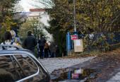 Banská Bystrica, Slovensko, 31. října 2020: Lidé čekají ve frontě na test antigenu Covid-19. Veřejné hromadné testování zdarma na Slovensku. Celostátní testování koronaviru.