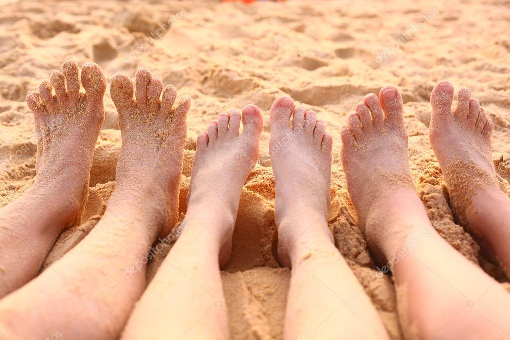 Cerca De Los Pies Descalzos En La Playa Foto Fotos De Stock