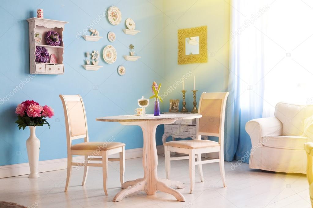 Blauwe eetkamer met decoratie borden u stockfoto ulianna