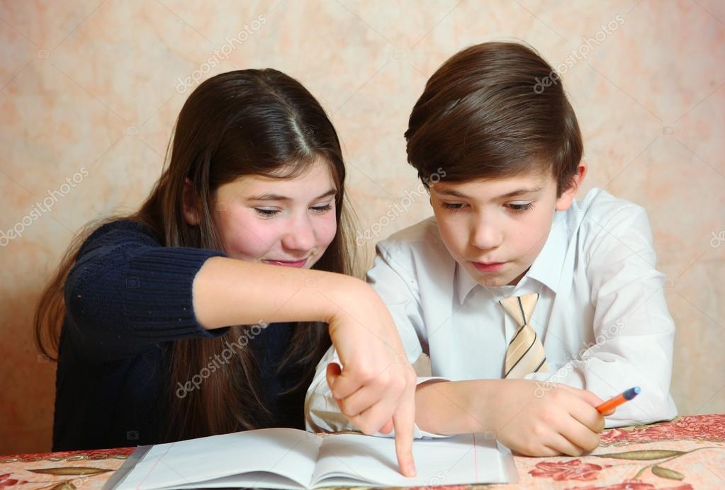 hermana de hermanos ayudar a su hermano a hacer su tarea difícil ...