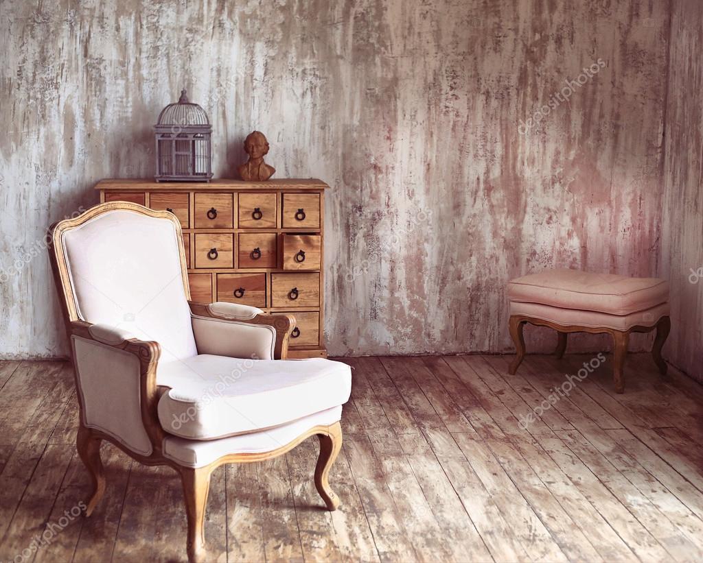 hölzerne Kommode in schäbigen gestalteten Zimmer mit Vogelkäfig und ...