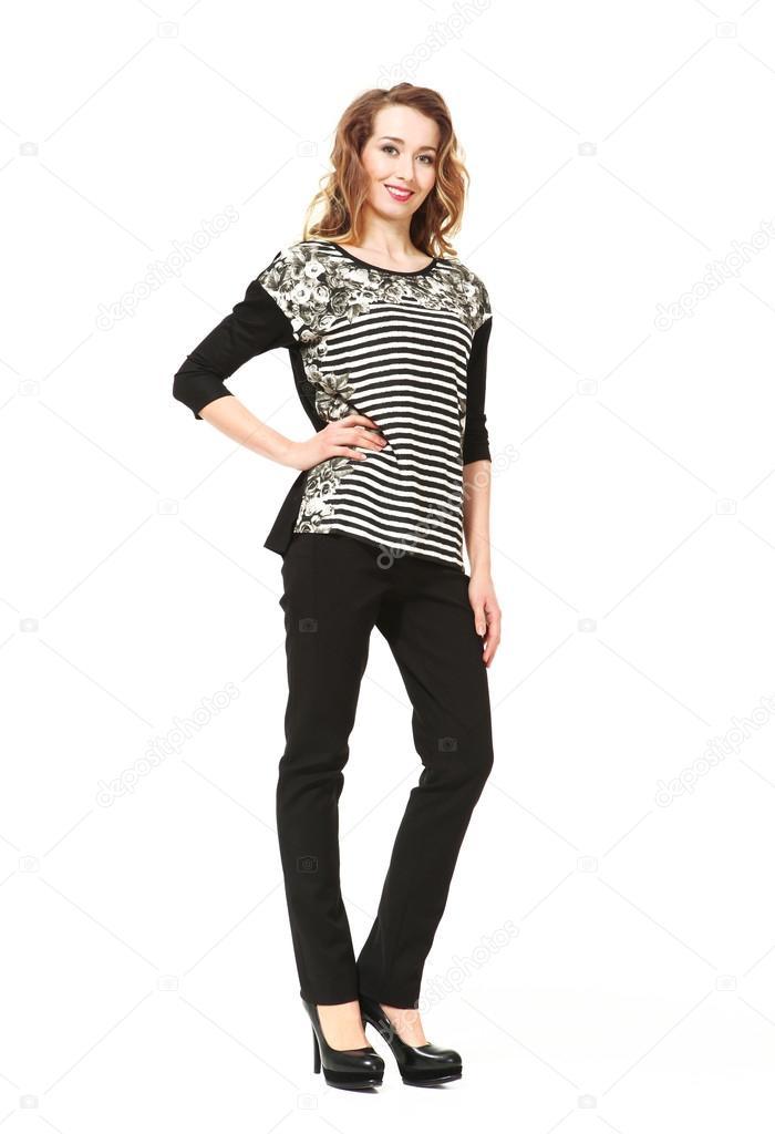 ad41c2186252 Mujer de negocios joven beauful en oficina ropa blusa estampado a rayas,  pantalón negro y zapatos de tacón alto negro — Foto de Ulianna