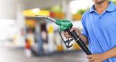 Plynové pružiny pro tankování aut na čerpací stanici