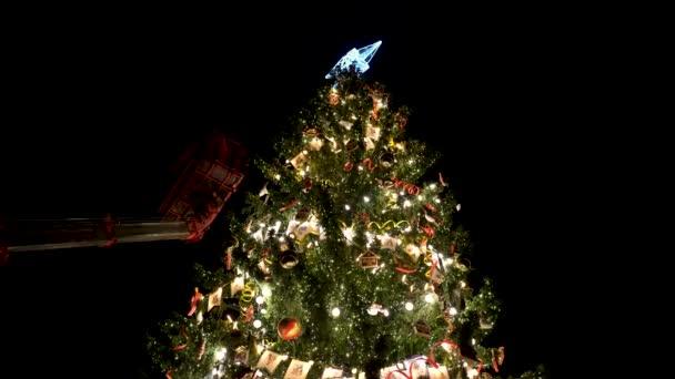 Díszítés egy nagy városi karácsonyfa.