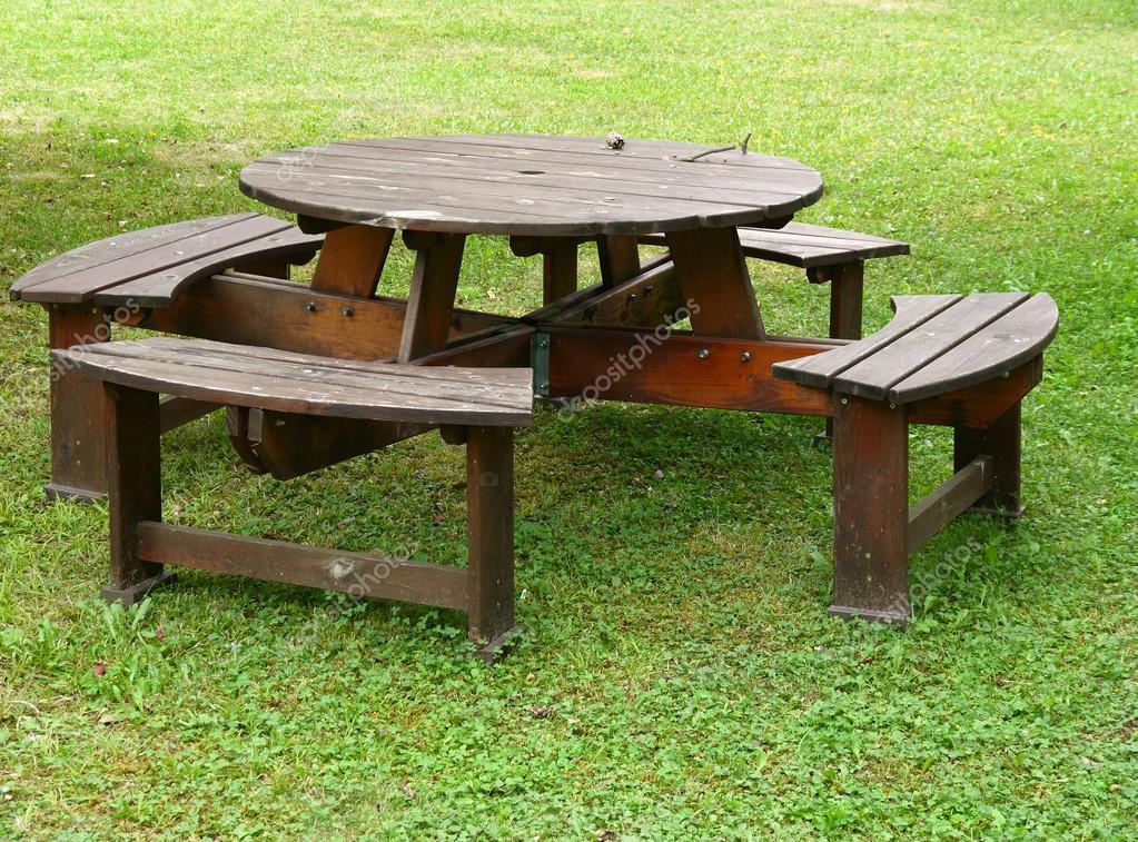 Panca Con Tavolo Da Giardino : Tavolo da giardino con panche in mezzo a erba u2014 foto stock