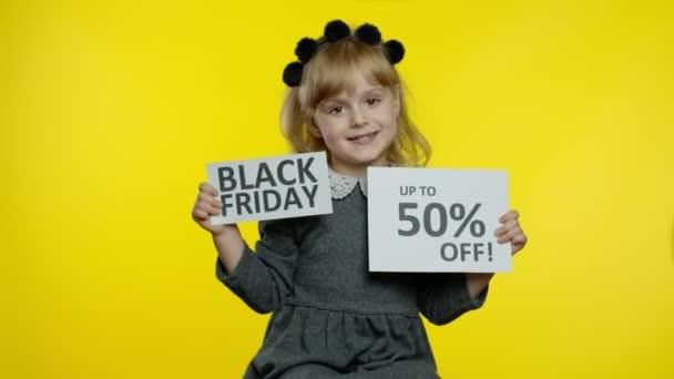 Dítě dívka ukazuje černý pátek a až 40% Off sleva reklamní nápisy text