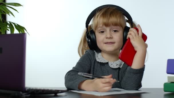 Vissza az iskolába, online tanulás, távoktatás, otthoni oktatás, iskoláslány-technológia