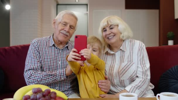 Seniorenpaar Großeltern mit Enkelin macht Selfie-Fotos mit Handy
