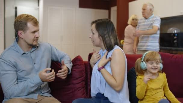 Frau und Mann streiten sich zu Hause, Mann und Frau schreien sich an. Eltern sind verärgert über Streit
