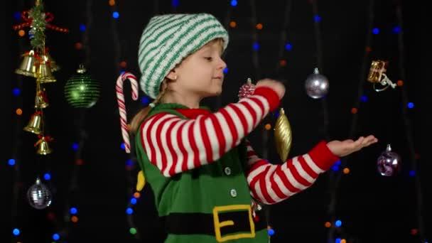 Karácsonyi manós kislány Télapó jelmezben táncol, hülyéskedik. Újévi ünnepség