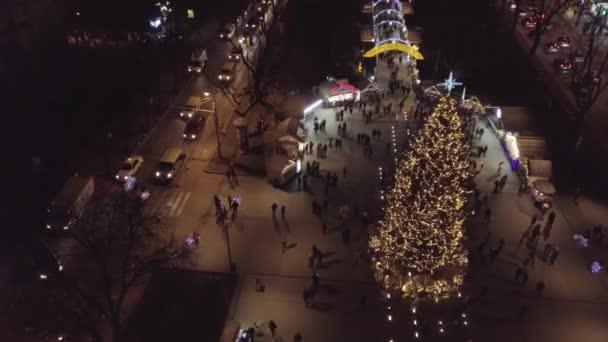 Weihnachtsbaum, Jahrmarkt, Luftaufnahme im Stadtzentrum im Winter, Neujahr 2021 in Lviv, Ukraine