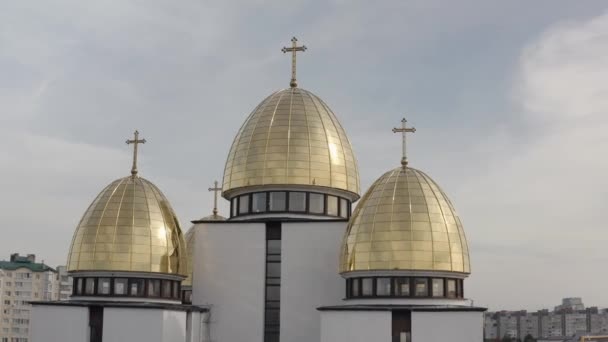 Kuppel der Kirche, Luftaufnahme, traditionelle alte Kirche in der Stadt Lviv, Ukraine, wolkenverhangener Himmel
