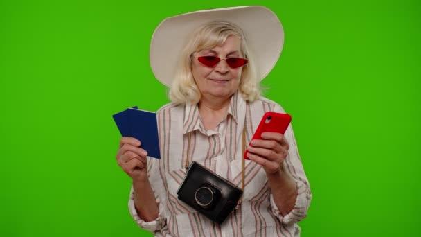 Reife Frau reiste Touristin surft auf Handy und sucht Urlaubsreise