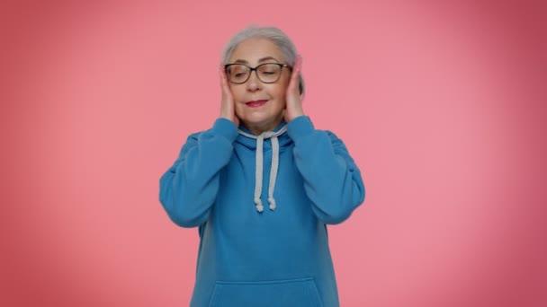 Nem akarom hallani és hallgatni, irritált idős nő takarja fülét, gesztikulál nem, elkerülve a tanácsot
