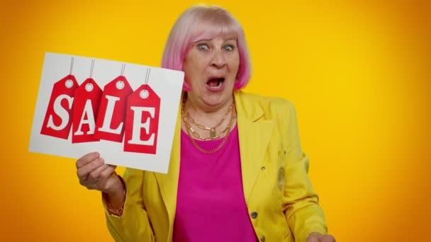 Starší babička žena představení prodej nápis banner text, reklama slevy nízké ceny dovolená