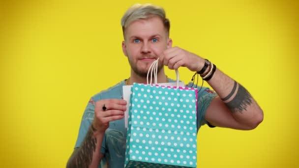 Happy stylový muž ukazuje nápis černý pátek banner text, reklamní slevy, nízké ceny