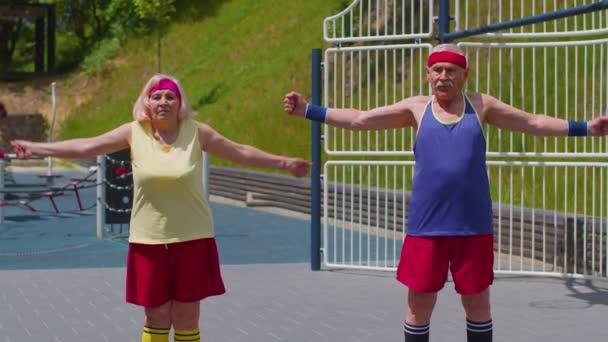 Senior Mann Frau beim aktiven Training Stretching Muskeln Cardio-Fitness-Training auf dem Spielplatz