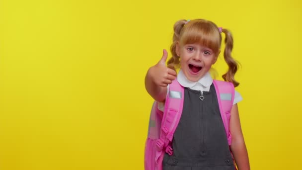 Mosolygós aranyos iskolás lány gyerek hátizsák nézi másolás helyet promóciós tartalom fogja a kezét