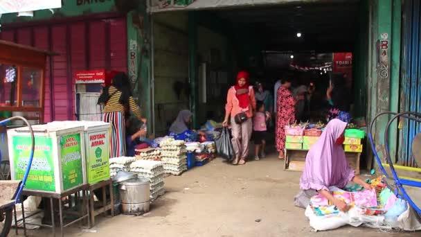 Klip dokumentáció a lakosság hagyományos piacokon végzett tevékenységeiről, fókuszálatlan és zajos klipek, Pekalongan Indonesia, 2020. november 2.