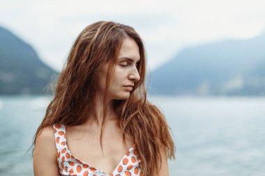 "Картина, постер, плакат, фотообои ""красивая девушка на берегу озера комо в облачный день сакура"", артикул 424091566"
