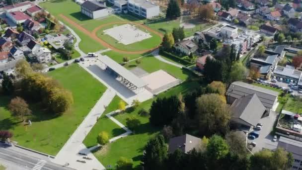 Légi parallax lövés felett egy gyönyörű zöld park egy lakóövezetben a város Domzale, Szlovénia
