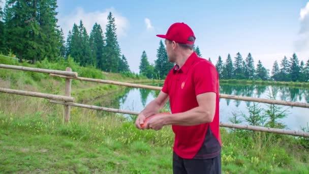 Profesionální disk nebo frisbee golfista hodí disk na daleký cíl v lese