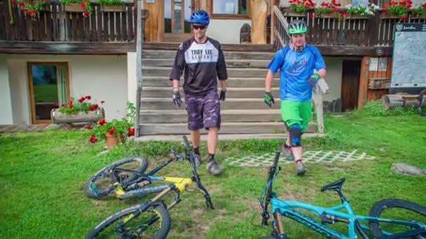 Freunde beim Radfahren, in Sicherheitsausrüstung, Jamnica, Slowenien