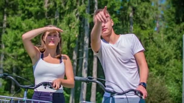 Aktivní mladí evropští dospělí na kole ve městě Kotlje, Slovinsko, Medium Shot