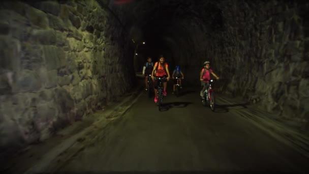 Sportovní rodinná cyklistika v tunelu pod horou Strekna, turistická stezka ve Slovinsku