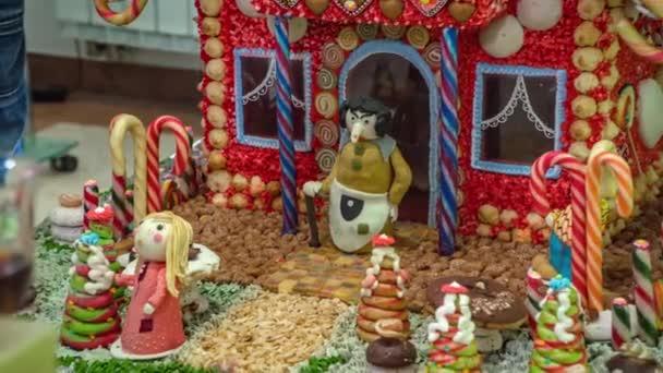Hänsel und Gretel, alte Frau aus Lebkuchen vor einem Haus. Kunst aus dem Essen. Zeitlupe aus nächster Nähe.