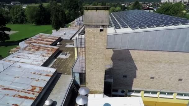 vista di parte della scuola con pannelli solari