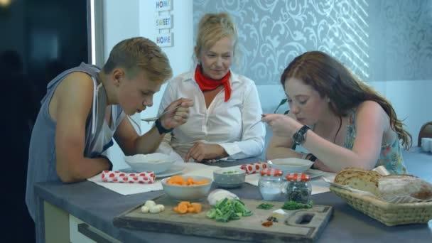 Teenageři jíst jídlo v jídelna