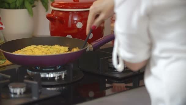 Kuchař připravuje jídlo na sporáku