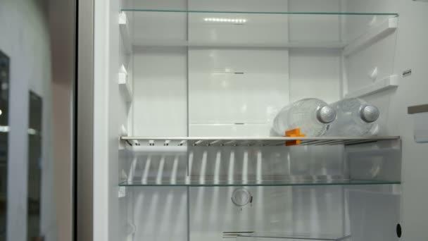 Otevřené lednice v kuchyni úložišti