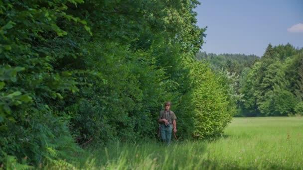 Vadász séta az erdőnél a zöld gyep
