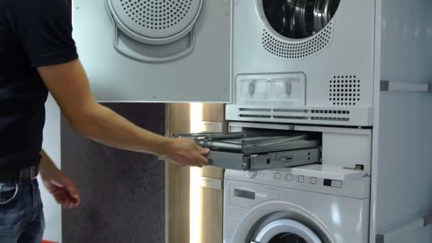 Egy személy ellenőrzi a konyhában tároljuk mosógép