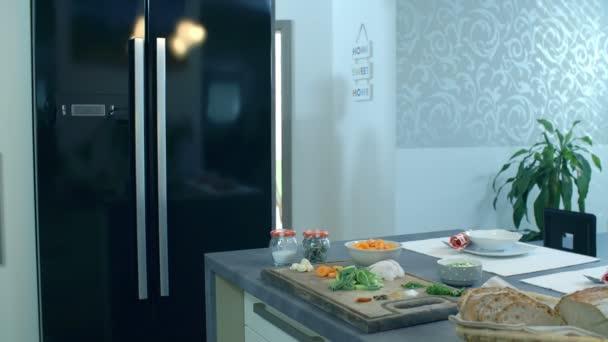 Teenageři v lásce přichází do kuchyně