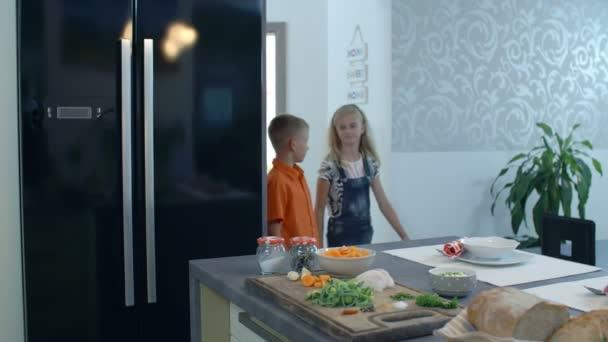 Děti přicházející do kuchyně